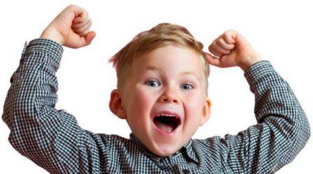 Un petit garçon blond criant victoire