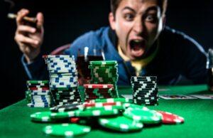 Un joueur de casino exulte en découvrant qu'il vient de gagner une énorme somme