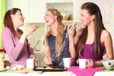 Trois jeunes femmes bavardant et riant