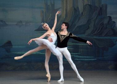 Un couple de danseur classique en train de danser un ballet
