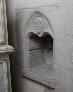 Une crédence niche, creusée dans le mur d'une église