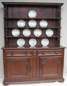 La crédence d'un vaisselier de l'Est de la France du XVIIIe siècle (© www.terre-meuble.fr)