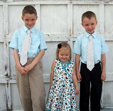 """Trois enfants """"en habits du dimanche"""" ou """"endimanchés"""" (© frvocabulary.blogspot.com)"""