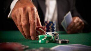 Un joueur de casino en train de déplacer ses jetons