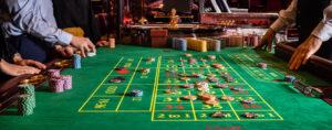 Une table de jeu, dans un casino