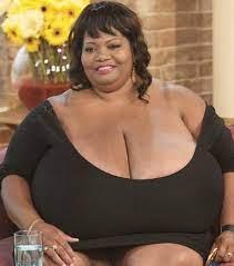 """Le mannequin états-unien Annie Hawkins-Turner, également connue sous son nom de scène de Norma Stitz (à prononcer ène-or-meuss-ti-z pour sa paronymie avec """"Enormous tits"""" c'est à dire """"Seins énormes""""), possède la plus grosse poitrine naturelle du monde. Sa taille de bonnet : 102 ZZZ. Chacun de ses seins pèse 25 kg et son tour de poitrine fait deux mètres"""