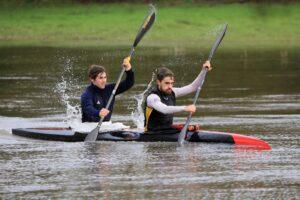 Deux kayakistes en plein effort