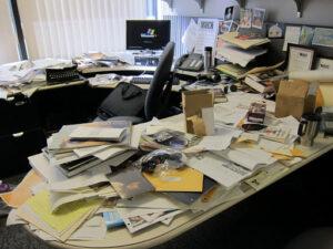 Un bureau très mal rangé
