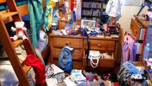 """Une chambre d'enfant en grand désordre, où tout s'entasse """"pêle-mêle"""""""