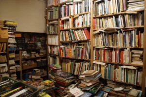 Des livres entassés pêle-mêle