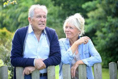 """Un couple de retraités appuyés sur une barrière en bois, """"coulant une retraite paisible"""""""