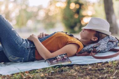 Une jeune femme effectuant une sieste sous des arbres