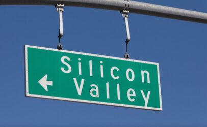 """Panneau routier californien mentionnant la """"Silicon Valley"""" ou """"Vallée du sicilium"""""""