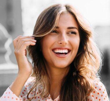 Une femme souriante