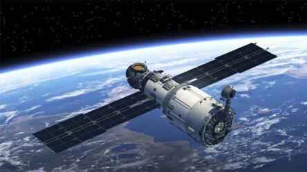 Un satellite, en orbite autour de la Terre