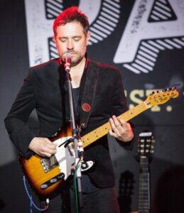 Le chanteur et compositeur anglais Tom Baxter