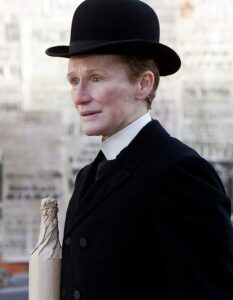 "L'actrice états-unienne Glenn Close, travestie en homme, dans le film irlando-britannique ""Albert Nobbs"", de Rodrigo García (2011)"