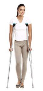 Une jeune femme marchant avec des béquilles axillaires
