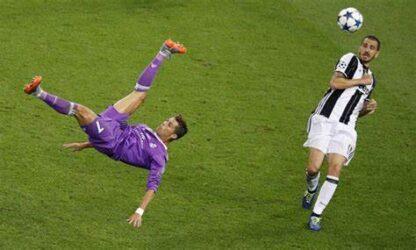 """L'incroyable """"bicyclette"""" du joueur de football international portugais Ronaldo"""