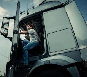 """Un """"routier"""" ou """"camionneur"""", montant dans son camion"""