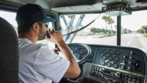 """Un """"routier"""" ou """"camionneur"""", au volant de son véhicule"""