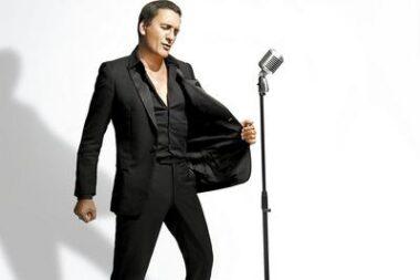 """Le """"chanteur de charme"""" (""""crooner"""") français Dany Brillant, en train de chanter"""