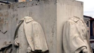 """Le """"monument des trois maréchaux», sur l'esplanade de la Légion-d'Honneur, à Saint-Gauden(31), victime d'un acte de vandalisme, dans la nuit du 19 décembre 2019 : les représentations des maréchaux Ferdinand Foch, Joseph Joffre et Joseph Galliéni ont été décapitées"""
