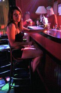 """Une """"entraîneuse de bar"""" ou """"hôtesse de bar"""""""