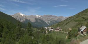 Fouillouse (04) un hameau enclavé au fin fond de la Haute-Ubaye, perché à 1 00 mètres d'altitude, et cher à l'abbé Pierre car ses ancêtres en étaient originaires