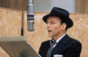 """Le """"chanteur de charme"""" (""""crooner"""") états-unien Frank Sinatra, en train de chanter (12 décembre 1915 - 14 mai 1998)"""