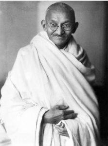 Le Mahatma Gandhi photographié en studio, à Londres (Grande-Bretagne), en 1931