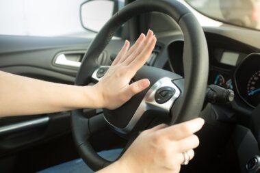 """Une main de femme en train d'utiliser son avertisseur sonore (ou """"de klaxonner"""")"""