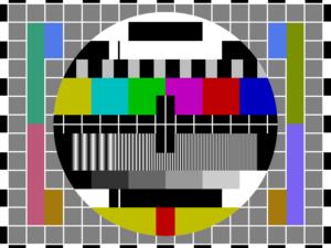 """La mire TDF (TéléDiffusion de France) des chaînes """"TF1"""", """"Antenne2"""", """"FR3"""" (anciennes Première, Deuxième et Troisième chaînes) à compter du 1er janvier 1975. Sur le rectangle noir horizontal du haut est affiché """"TDF"""" du nom de la société émettrice de la télévision française. Et sur le rectangle noir horizontal du bas """"TF1"""", """"Antenne2"""", """"FR3"""" suivant la chaîne"""