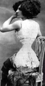 """La chanteuse et actrice française Polaire, nom de scène d'Émélie Marie Bouchaud (14 mai 1874 - 11 octobre 1939), célèbre pour sa """"taille de guêpe"""""""