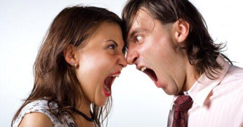 """Une jeune femme et un jeune homme en train de """"Se bouffer le nez"""" (registre populaire)"""
