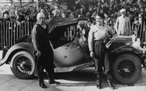 La pilote automobile française Simone Louise de Pinet de Borde des Forest (à gauche)