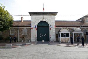 La porte de sortie principale d'une prison française