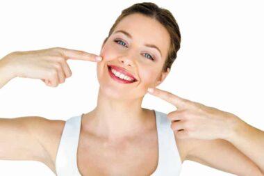 Une jeune femme en train de sourire