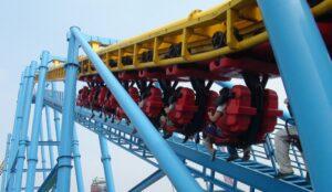"Montagnes russes suspendues (""suspended roller coaster"")"