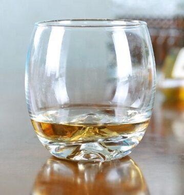 """Un petit verre de whisky écossais (""""baby scotch"""")"""