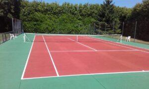 Un court de tennis en béton alvéolaire, un matériau stable qui permet de jouer au tennis quelle que soit la météorologie