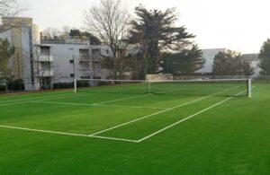 Un court de tennis en gazon synthétique