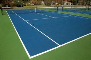 Un court de tennis en résine synthétique