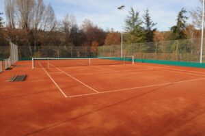 Un court de tennis en terre battue