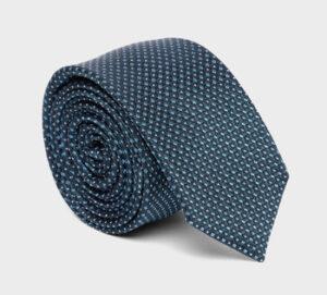 Une cravate, roulée