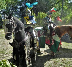 Deux chevaliers en armure sur leurs destriers (reconstitution)