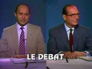 Laurent Fabius, Premier ministre de François Mitterrand, et Jacques Chirac, maire de Paris (75) et chef de l'opposition, lors du débat télévisé organisé le 27 octobre 1985, sur TF1, à l'occasion des éléctions législatives de mars 1986