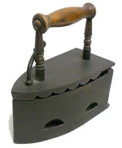 Un vieux fer à repasser à braise