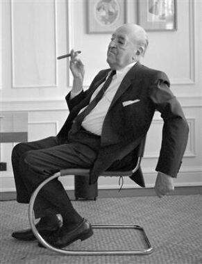L'architecte allemand naturalisé états-unien Ludwig Mies van der Rohe (27 mars 1886 - 17 août 1969), directeur de l'école du Bauhaus de 1930 à 1933