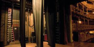 Les coulisses d'un théâtre